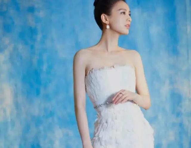 37岁黄圣依不愧是豪门阔太,穿羽毛裙纯洁优雅,太