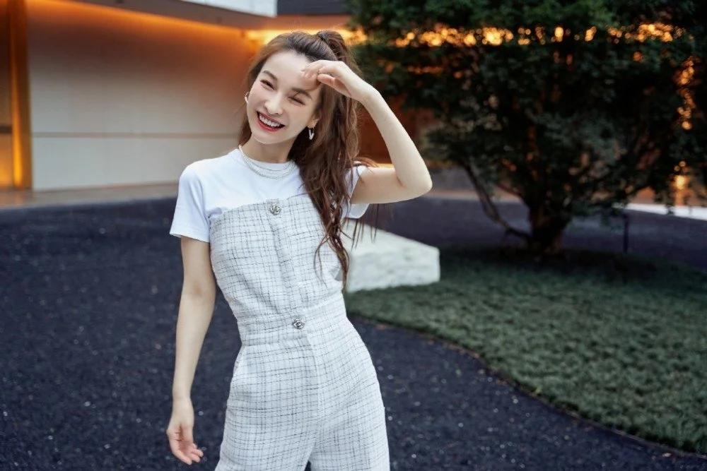 吴昕风格越来越女团化了,穿白T+抹胸连体裤,身材