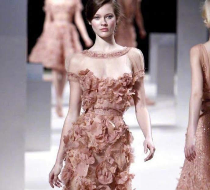 """裸粉色礼服有什么""""魔力""""?穿起来尽显女人的魅力,"""