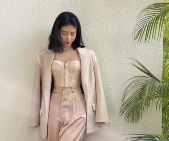 """杨采钰又换风格,穿西装里面只穿""""塑身衣"""",气质却"""