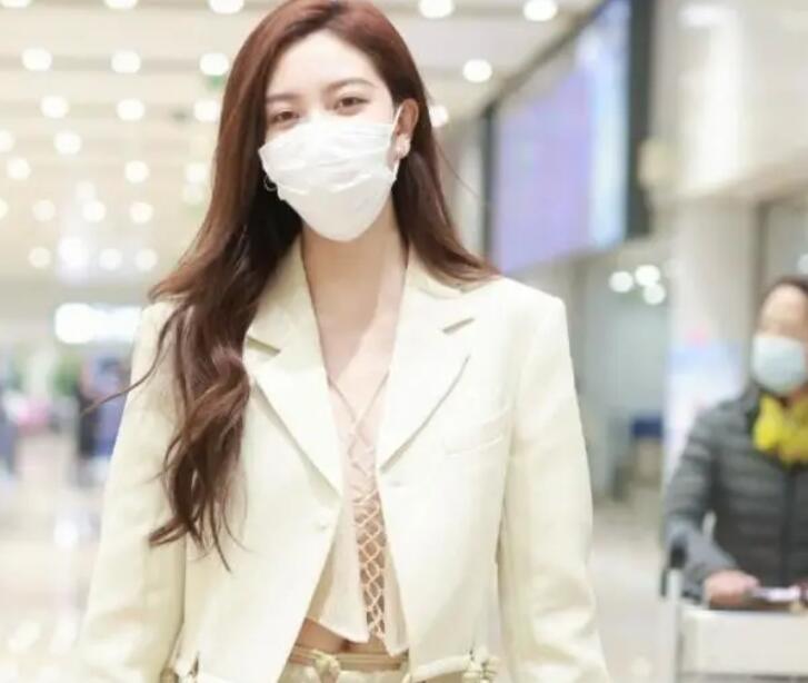 宋妍霏的机场穿搭绝了,把西服穿出新了花样,美出新